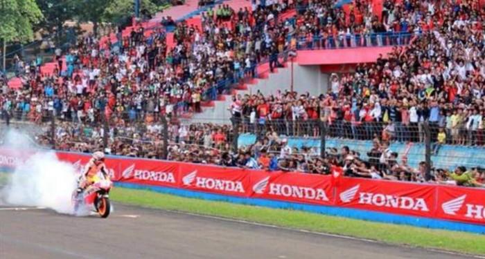 Marc-Marquez-Burnout-Sentul-International-Circuit-Indonesia-2015