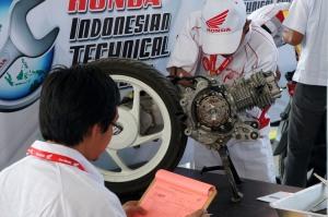 Peserta melakukan uji materi engine pada acara Kompetisi Keterampilan Mekanik & Service Advisor ke -23 di Gedung Astra Honda Training Center (AHTC), Sunter (25/8)