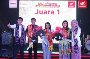 GM Technical Service Division AHM Wedijanto (paling kiri) dan GM Honda Customer Care Center Istiyani Susriyati (paling kanan) bersama peserta kontes Layanan Honda Nasional 2016