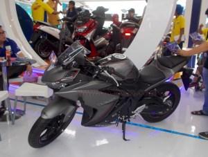 Yamaha R25 Gumetal kanan depan
