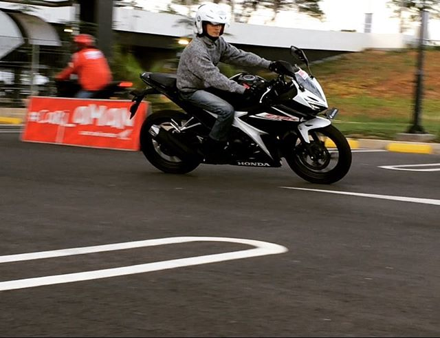 Riding test cbr series, feel on the bike. Dunia masih sangat indah banget itu 😄 Thanks udah mampir blog (link see bio) and youtube channel OTOBORN @wahanahonda @aeonmall_jakartagardencity #honda #wahanahondasportmotoshow2017 #wahanahonda #hondasportmotoshow2017 #rc213vs #cbr150r #cb150r #cbr250rr #otoborn #motorganteng #cowokganteng #aeonmalljakartagardencity #jakartagardencity #spg #spglife #cornering