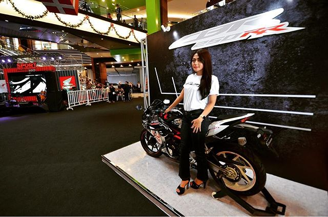 New CBR250RR Kabuki mejeng di Honda Sport Motoshow 2017 bray... Thanks udah mampir blog (link see bio) and youtube channel OTOBORN @wahanahonda @aeonmall_jakartagardencity #honda #hondasportmotoshow2017 #rc213vs #otoborn #wahanahonda #wahanahondasportmotoshow2017 #cbr250rr #kabuki #motorganteng #motornaked #spg #spglife #sportbike #nakedbike #150cc #250cc