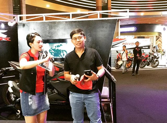 Meet n greet @apipotoblog di event... Thanks udah mampir blog (link see bio) and youtube channel OTOBORN @wahanahonda @aeonmall_jakartagardencity #honda #hondasportmotoshow2017 #rc213vs #otoborn #wahanahonda #wahanahondasportmotoshow2017 #cbr250rr #kabuki #motorganteng #motornaked #spg #spglife #sportbike #nakedbike #150cc #250cc #cb150r #ridingtest #testride #cornering