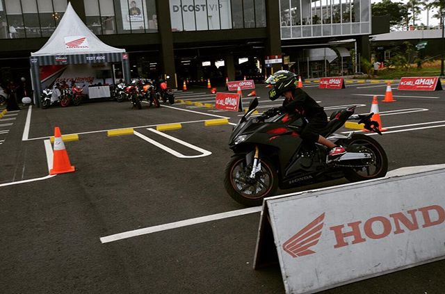 Tuu ada riding test graatis di event... Thanks udah mampir blog (link see bio) and youtube channel OTOBORN @wahanahonda @aeonmall_jakartagardencity #honda #hondasportmotoshow2017 #rc213vs #otoborn #wahanahonda #wahanahondasportmotoshow2017 #cbr250rr #kabuki #motorganteng #motornaked #spg #spglife #sportbike #nakedbike #150cc #250cc #cb150r