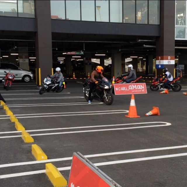 Riding test bareng komunitas cbr Thanks udah mampir blog (link see bio) and youtube channel OTOBORN @wahanahonda @aeonmall_jakartagardencity #honda #wahanahondasportmotoshow2017 #wahanahonda #hondasportmotoshow2017 #rc213vs #cbr150r #cb150r #cbr250rr #otoborn #motorganteng #cowokganteng #aeonmalljakartagardencity #jakartagardencity #spg #spglife #cornering