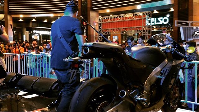 Aksi Alexa Band di Honda Sport Motoshow 2017 Thanks udah mampir blog (link see bio) and youtube channel OTOBORN @wahanahonda @aeonmall_jakartagardencity @alexatheband #honda #wahanahondasportmotoshow2017 #wahanahonda #hondasportmotoshow2017 #rc213vs #cbr150r #cbr250rr #otoborn #motorganteng #cowokganteng #alexaband #aeonmalljakartagardencity #jakartagardencity #alexatheband #spg #spglife #cornering