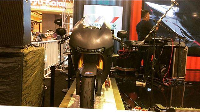 Kepoin RC213V-S sekalian test ride sport Honda di Honda Sport Motoshow 2017 weekend ini (25-26 November 2017), sempet2 mampir ke AEON Mall Jakarta Garden City bray... Bisa merapat sampai jam 10 malam Thanks udah mampir blog (link see bio) and youtube channel OTOBORN @wahanahonda @aeonmall_jakartagardencity #honda #wahanahondasportmotoshow2017 #wahanahonda #hondasportmotoshow2017 #rc213vs #otoborn #alexaband #lagucintamelulu #motorganteng